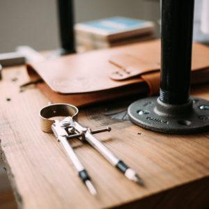 Arbeitstisch mit Zirkel