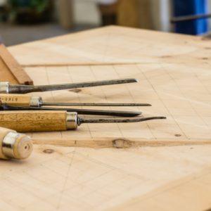 Tisch mit Plan und Werkzeug